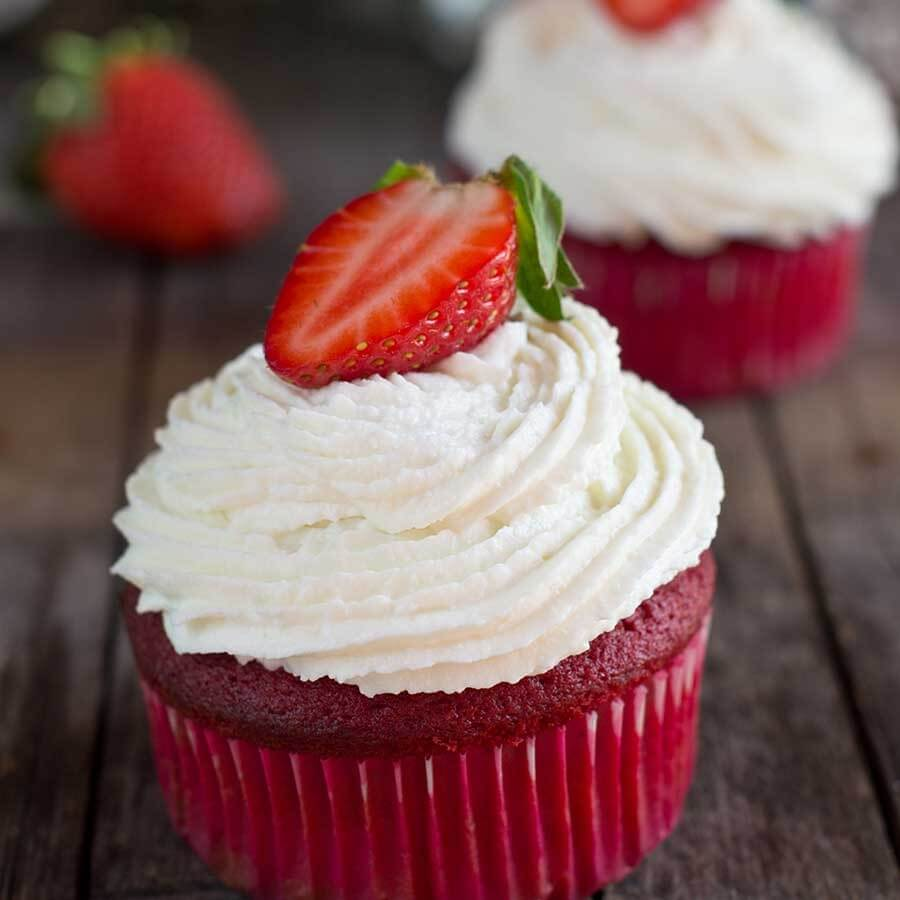 Cupcake Red Velvet com  cobertura de cream cheese